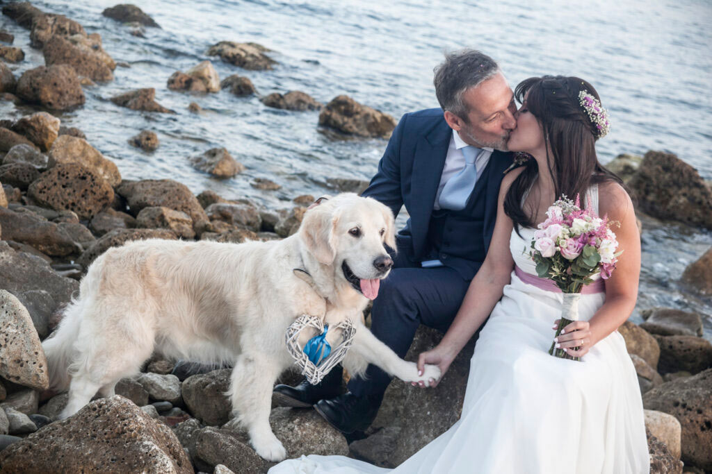 Fotos de novios en la playa. Reportaje de boda en Málaga