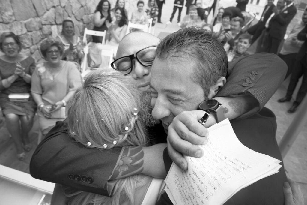 Foto de bodas en Málaga. Abrazos, Sentimiento... blanco y negro