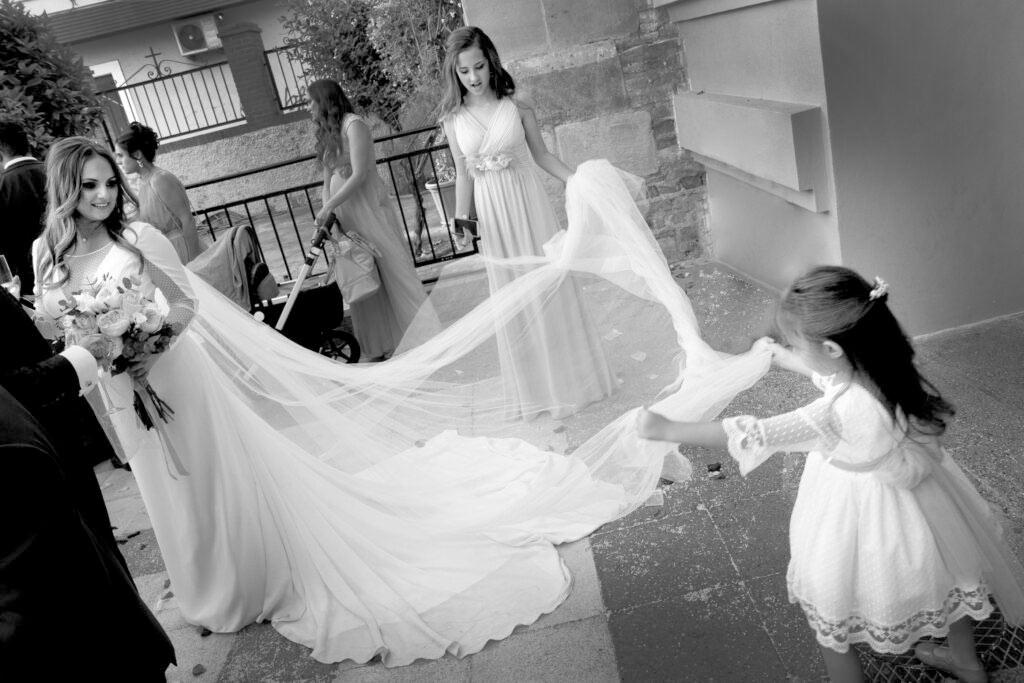 fotografo de bodas vestido de novia recoger cola