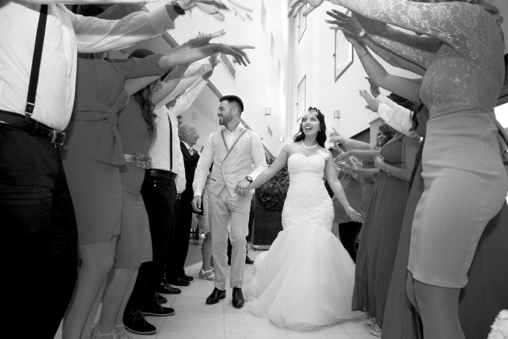 fotografo profesional bodas pasillo novio blanco negro